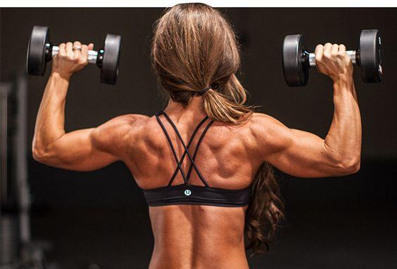 女性の上腕三頭筋ハード