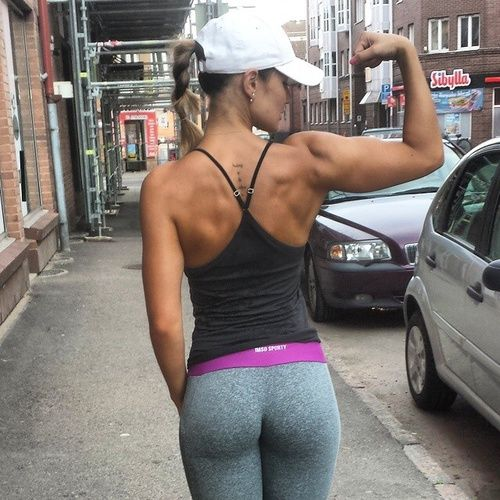 ハードな背中を持つ背筋女子