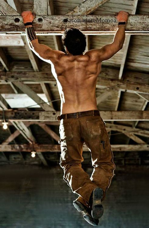 逆三角形に鍛えた背中が凄い背筋男性